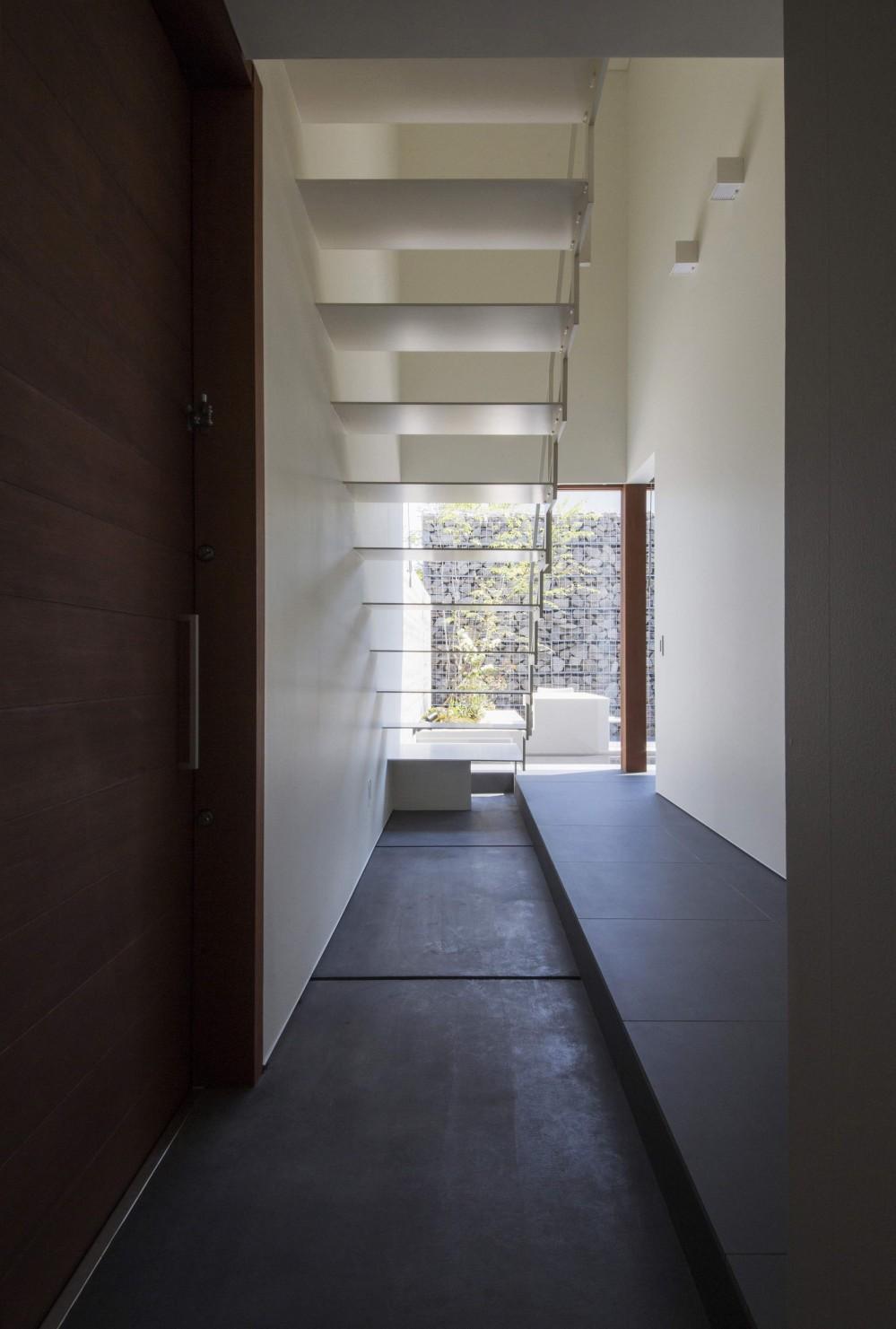 高砂の家 (玄関を入って中庭の方を見る)