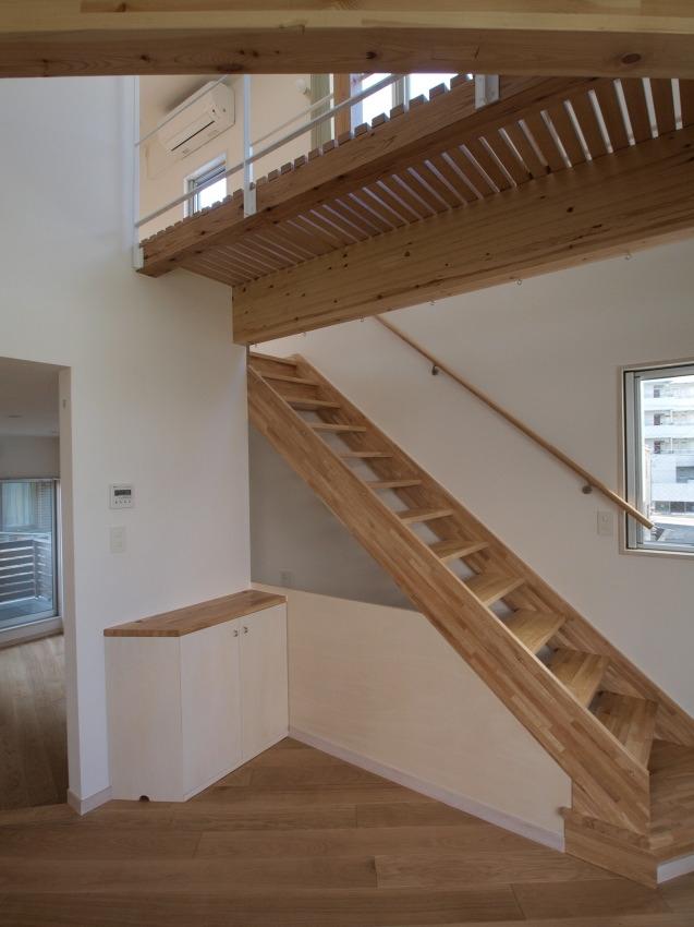 変形旗竿地に建つ半地下スキップフロアの家の写真 3階へつづく階段