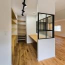ガウディランド ×リノベ不動産の住宅事例「ヘリンボーンの廊下から」