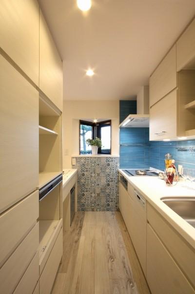 キッチン (鮮やかカラーをアクセントに◇メゾネットマンションリフォーム)