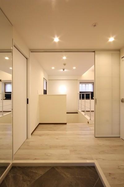 玄関 (鮮やかカラーをアクセントに◇メゾネットマンションリフォーム)