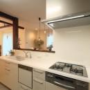 古材を蘇らせた光と風の片流れの家の写真 ガラストップのキッチン
