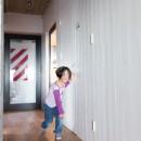 流行りやブランドにはとらわれない楽でのんびりできる家の写真 廊下