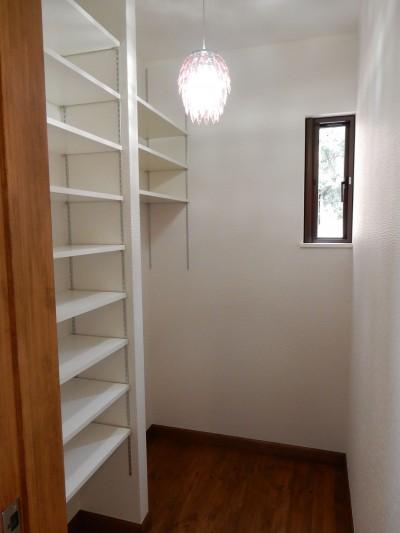 奥様の趣味の部屋、洋裁や小物創りを楽しむ空間 (古材を蘇らせた光と風の片流れの家)