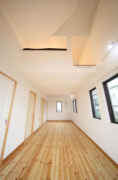 子供部屋、将来真ん中で仕切って2部屋に。 (古材を蘇らせた光と風の片流れの家)