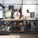 アイアンフレームのオリジナルキッチンと飛び床の土間の家の写真 アイアンキッチン