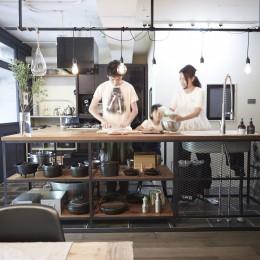 アイアンフレームのオリジナルキッチンと飛び床の土間の家 (アイアンキッチン)