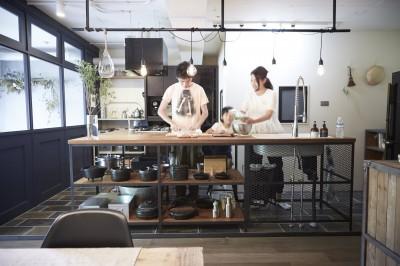 アイアンキッチン (アイアンフレームのオリジナルキッチンと飛び床の土間の家)