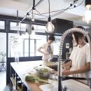 アイアンフレームのオリジナルキッチンと飛び床の土間の家の写真 キッチン