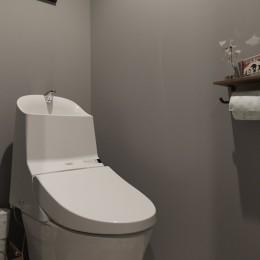 アイアンフレームのオリジナルキッチンと飛び床の土間の家 (トイレ)