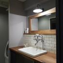 アイアンフレームのオリジナルキッチンと飛び床の土間の家の写真 洗面台