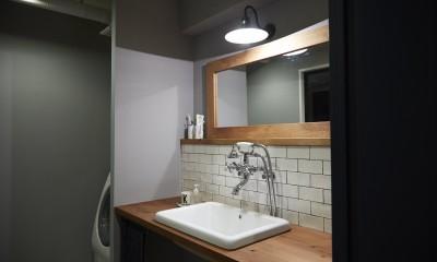 アイアンフレームのオリジナルキッチンと飛び床の土間の家 (洗面台)
