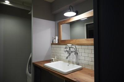 洗面台 (アイアンフレームのオリジナルキッチンと飛び床の土間の家)