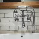 アイアンフレームのオリジナルキッチンと飛び床の土間の家の写真 洗面水栓
