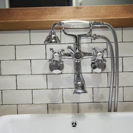 アイアンフレームのオリジナルキッチンと飛び床の土間の家 (洗面水栓)