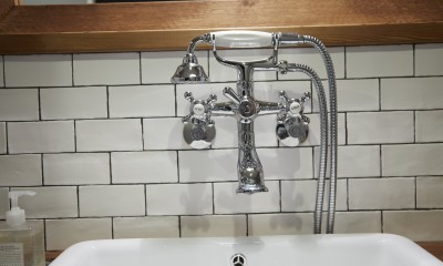 洗面水栓|アイアンフレームのオリジナルキッチンと飛び床の土間の家