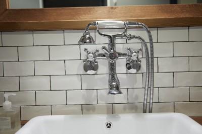 洗面水栓 (アイアンフレームのオリジナルキッチンと飛び床の土間の家)