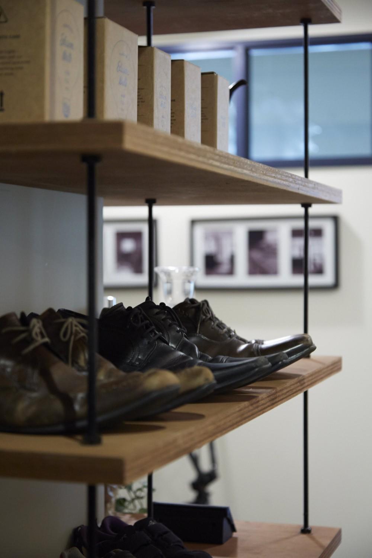 アイアンフレームのオリジナルキッチンと飛び床の土間の家 (オープン靴棚)