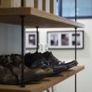 アイアンフレームのオリジナルキッチンと飛び床の土間の家の写真 オープン靴棚