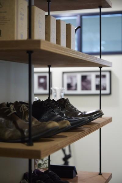 オープン靴棚 (アイアンフレームのオリジナルキッチンと飛び床の土間の家)