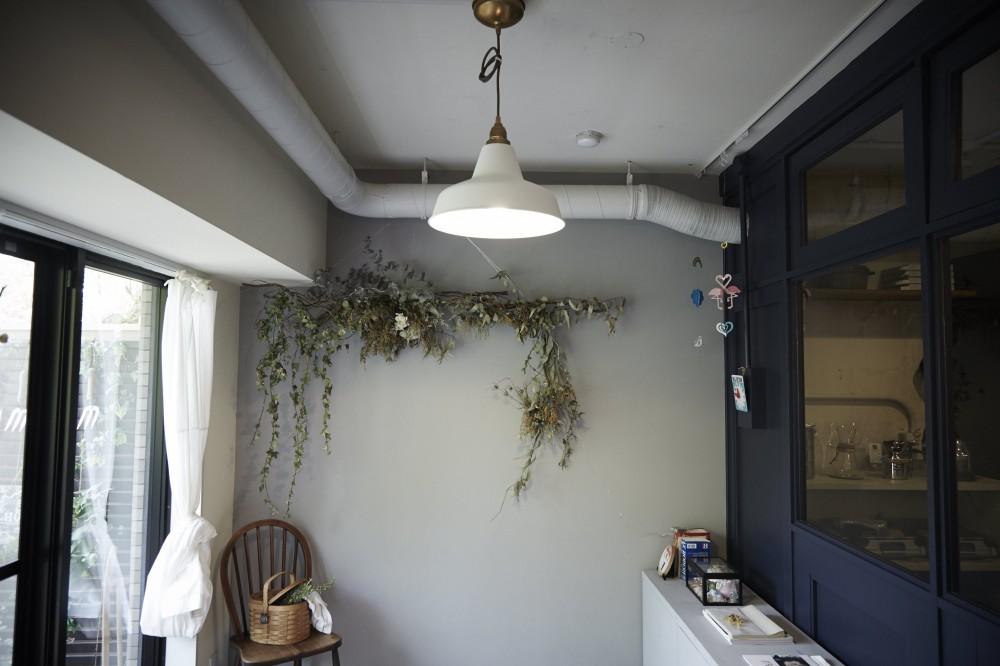 アイアンフレームのオリジナルキッチンと飛び床の土間の家 (子供部屋)
