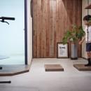 アイアンフレームのオリジナルキッチンと飛び床の土間の家の写真 玄関