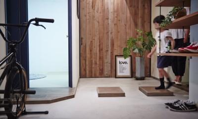 アイアンフレームのオリジナルキッチンと飛び床の土間の家 (玄関)