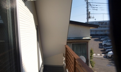 変形旗竿地に建つ半地下スキップフロアの家 (サービスバルコニー)