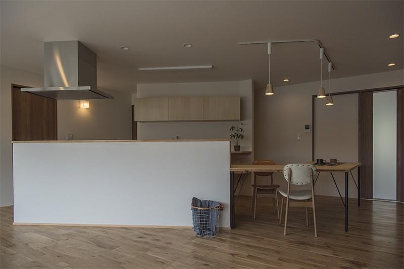 移りゆく住まい (移りゆく住まい 2階キッチン・ダイニングテーブル2)