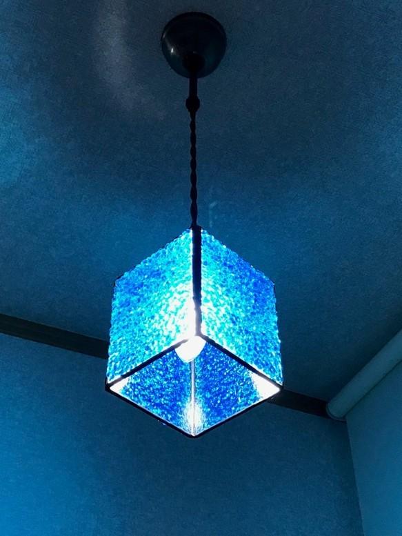 ブルーのペンダントライト (やや下から見た写真)