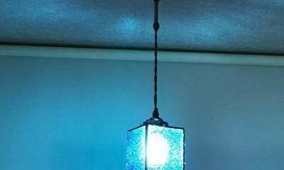 横から見た画像|ブルーのペンダントライト