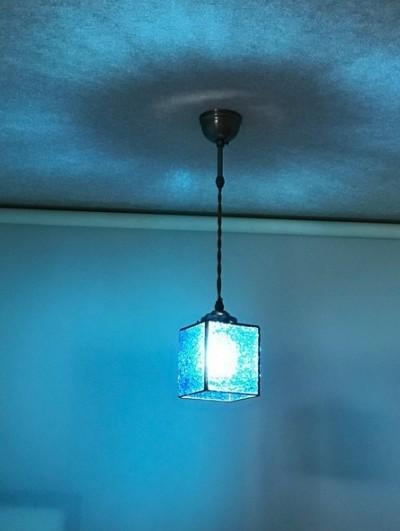 ブルーのペンダントライト (横から見た画像)