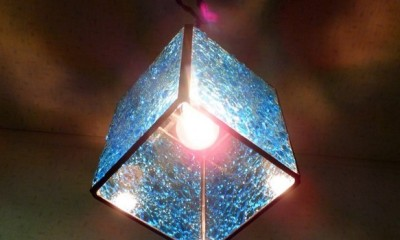 ブルーのペンダントライト (真下から見た画像)