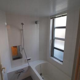 変形旗竿地に建つ半地下スキップフロアの家 (石貼りのバスルーム)