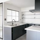 CLOCKの住宅事例「ホワイト×グレーの個性派キッチンのローコストリノベーション」