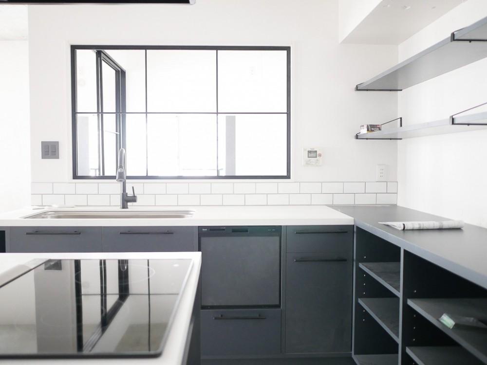 ホワイト×グレーの個性派キッチンのローコストリノベーション (キッチン)