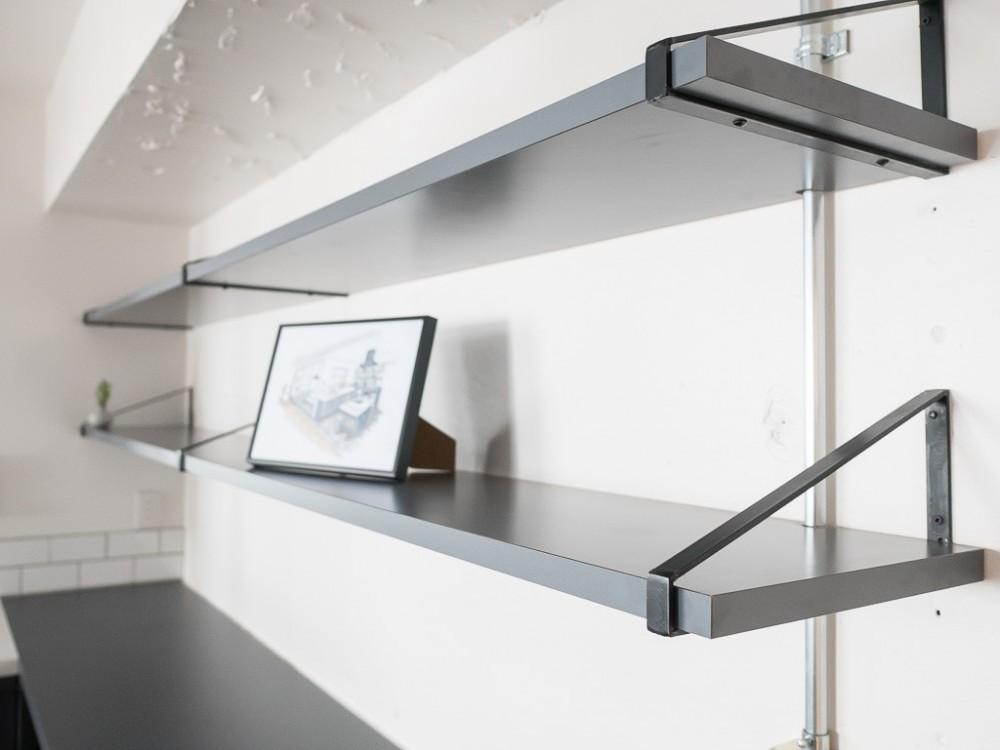 ホワイト×グレーの個性派キッチンのローコストリノベーション (飾り棚)