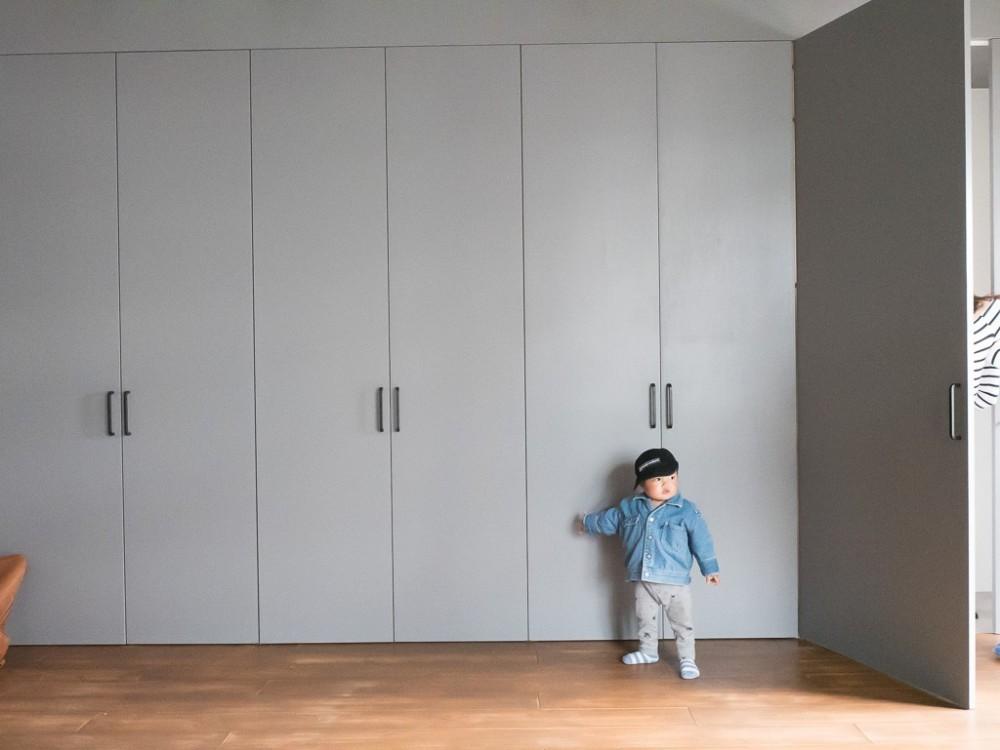 ホワイト×グレーの個性派キッチンのローコストリノベーション (クローゼット)