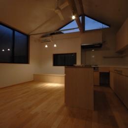 18坪の土地に建つ中庭型住宅 (ダイニングスペースの夕景)