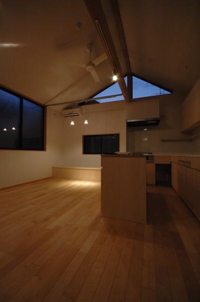 18坪の土地に建つ中庭型住宅の部屋 ダイニングスペースの夕景
