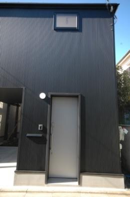 18坪の土地に建つ中庭型住宅 (玄関)