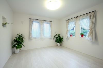 ウオーキングクローゼットのある寝室 (ヨーロピアンシンプルハウス)