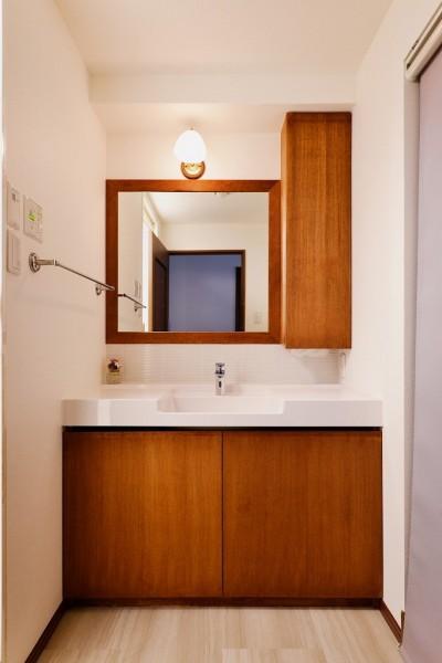 洗面 (シンプルで木の温もりを感じるお家)