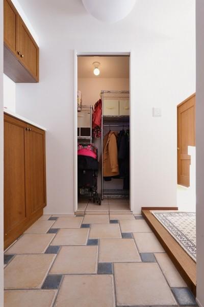 玄関収納 (シンプルで木の温もりを感じるお家)