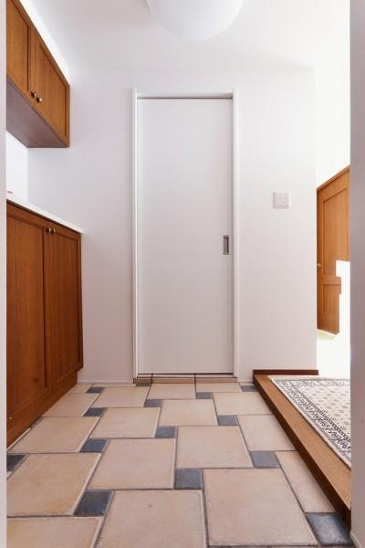玄関 (シンプルで木の温もりを感じるお家)