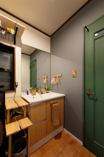 落ち着きのある洗面室 (あこがれのカフェを住まいに)