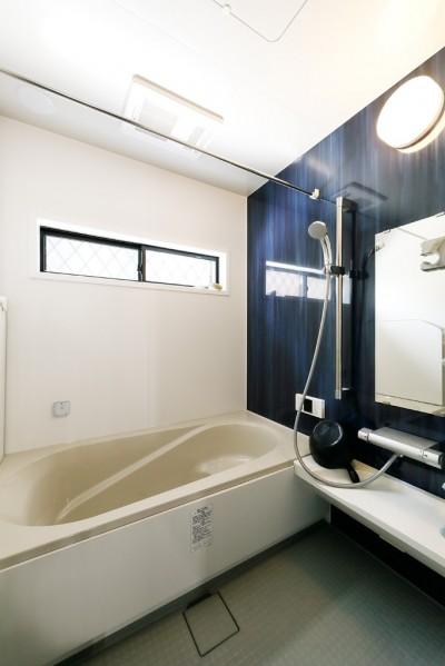 サウンドシステム付きのバスルーム (あこがれのカフェを住まいに)