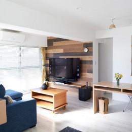 壁掛けにしてすっきりとしたテレビ (愛猫もうれしい、住み替えなしのリノベーション。20年来の我が家をグッと快適に。)
