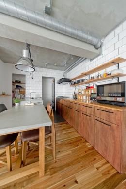 懐かしいのに新しい、ノスタルジックな家 (キッチン)