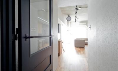 懐かしいのに新しい、ノスタルジックな家 (廊下)